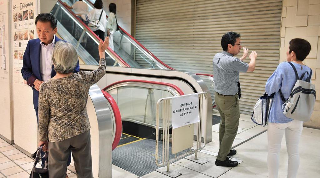 停電の影響で10時開店を見合わせ、対応に追われる東急東横店の関係者=4日午前、東京都渋谷区(宮崎瑞穂撮影)