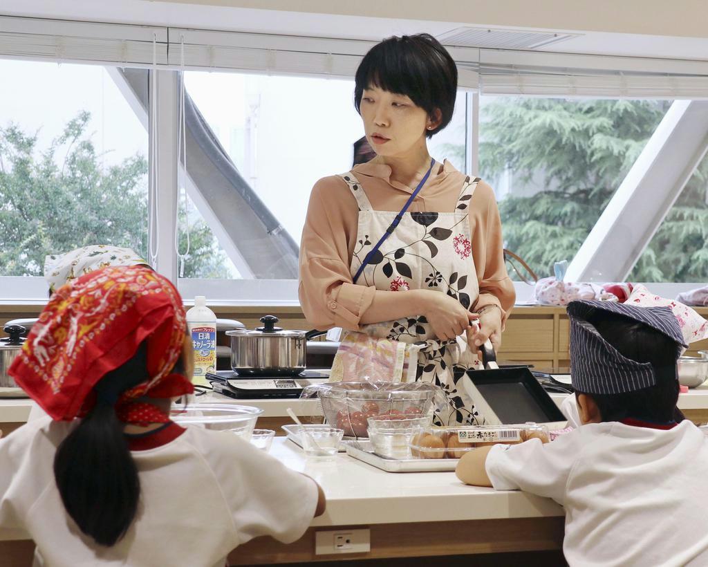 授業終了後、料理のプログラムに参加する小学生(手前)=東京都中野区の私立新渡戸文化小中学校