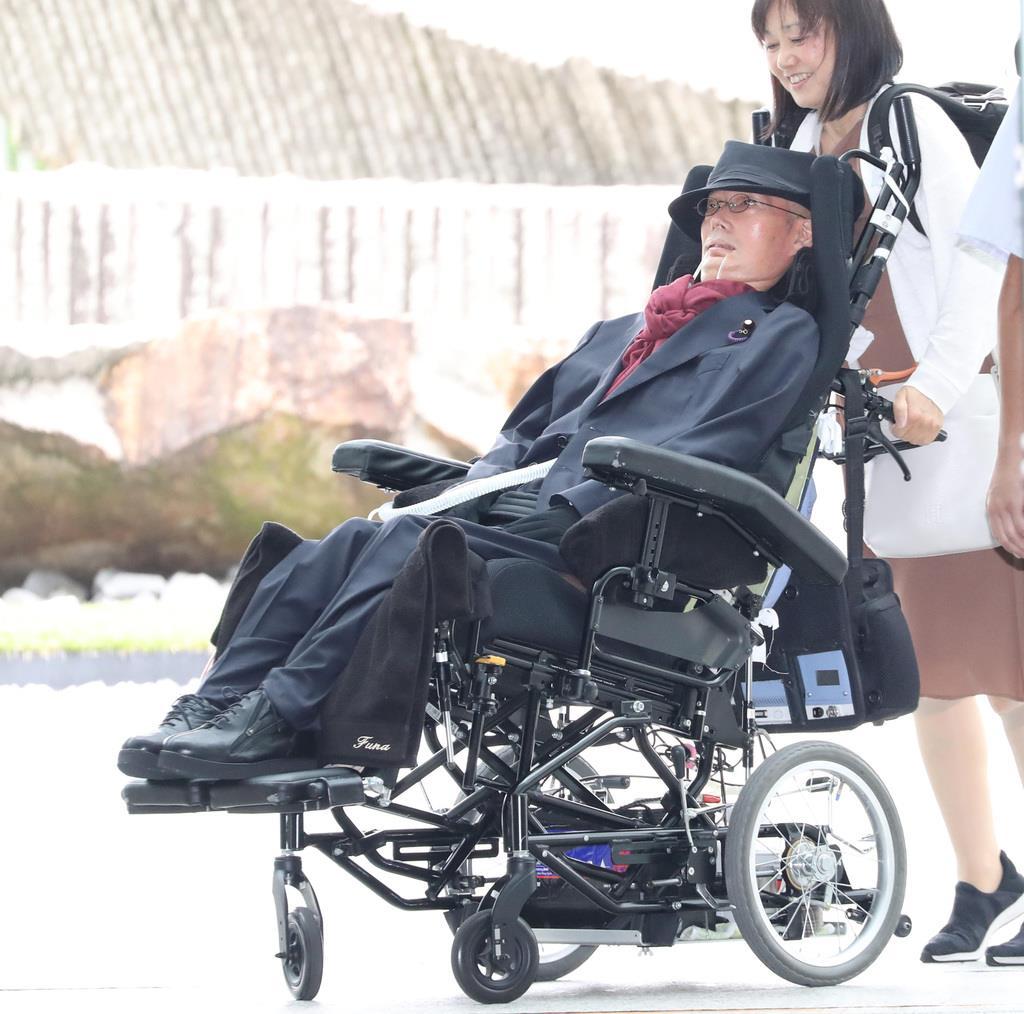 安倍晋三首相との面会で官邸入りするれいわ新選組・舩後靖彦氏=4日午前、首相官邸(春名中撮影)