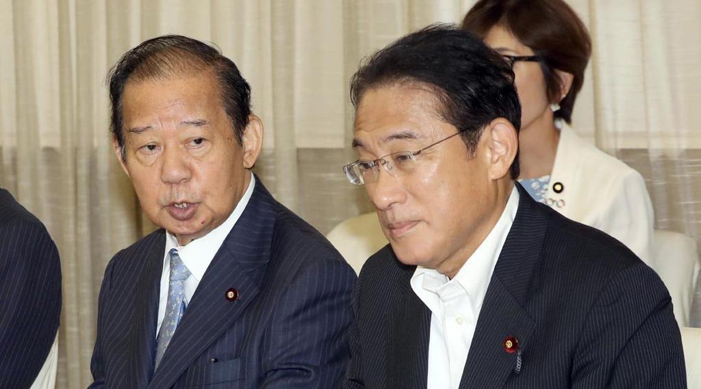 二階俊博幹事長(左)と岸田文雄政調会長