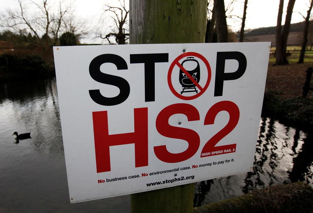 高速鉄道「HS2」の開通予定地に掲げられた看板=1月(ロイター)