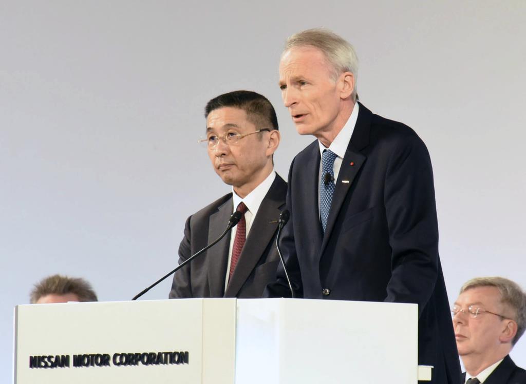 西川広人社長(左)=4月、東京都内(日産提供)