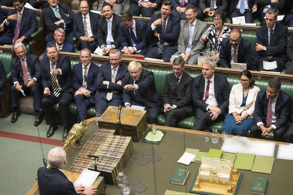 3日、英下院で野党労働党のコービン党首(下)を指さすジョンソン首相(前列中央)=ロンドン(ロイター)