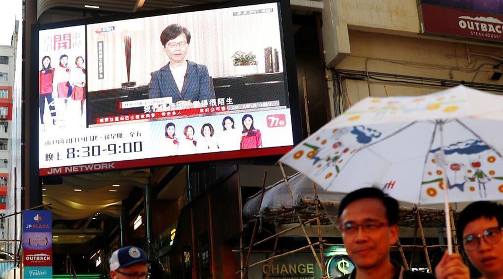 香港の林鄭月娥行政長官が、「逃亡犯条例」改正案を正式撤回すると表明したテレビ演説の中継=4日(ロイター)