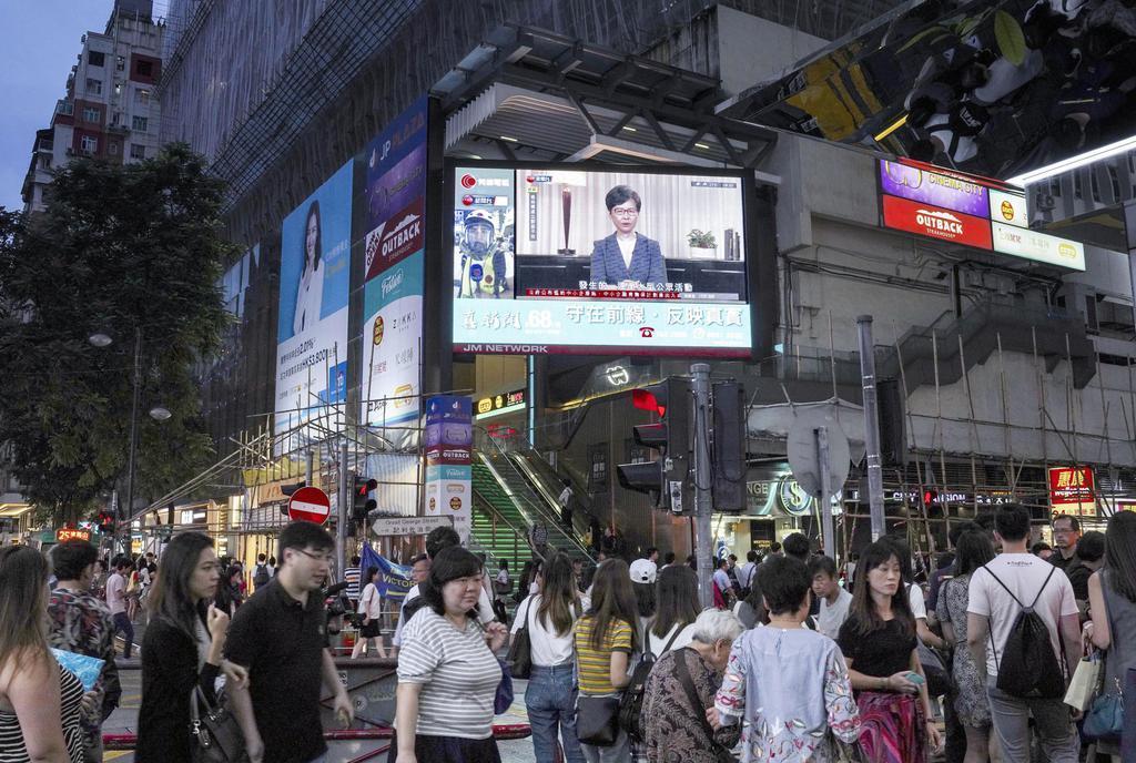 「逃亡犯条例」改正案の正式撤回を表明する林鄭月娥行政長官のテレビ演説を映す街頭の大型モニター=4日、香港(AP)