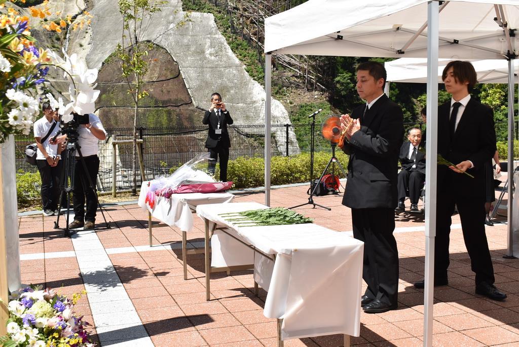 紀伊半島豪雨から8年を迎え、追悼式で献花をする遺族ら=奈良県五條市