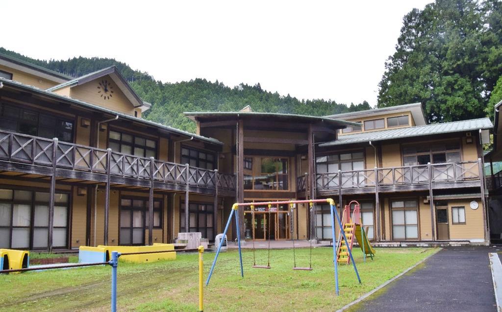 地域のにぎわい拠点として活用されている旧大塔小中学校の校舎=奈良県五條市