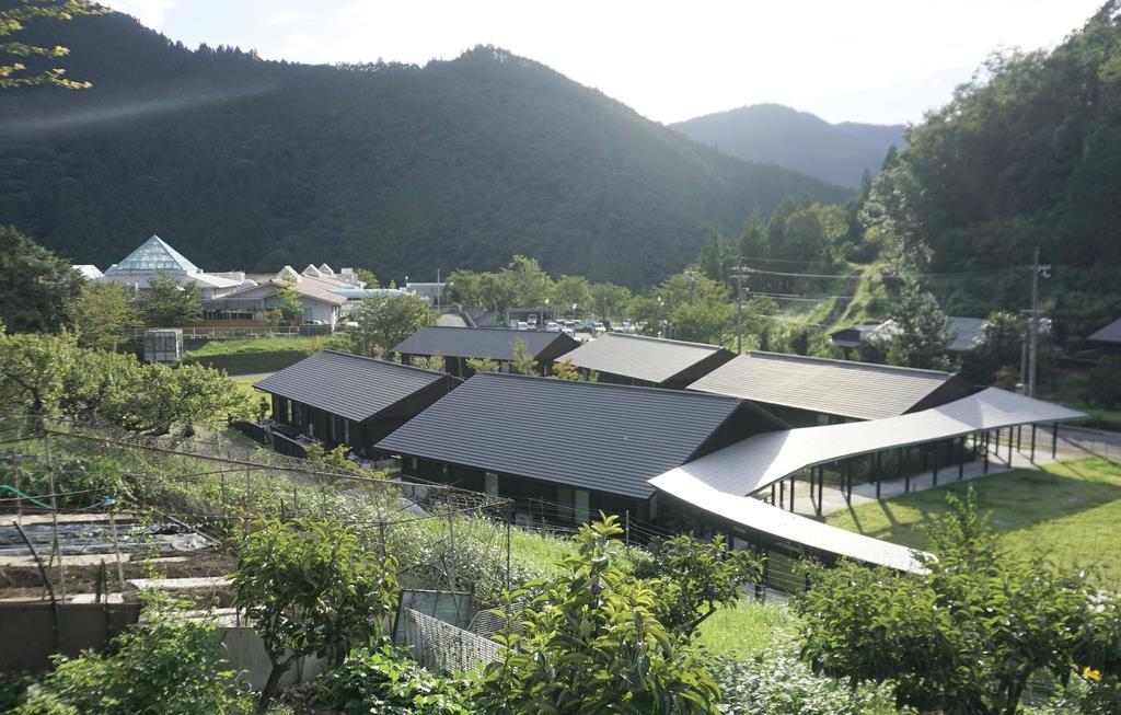 高齢者向け村営住宅が並ぶ「高森のいえ」。村唯一の特別養護老人ホーム「高森の郷」(左奥)に隣接している=奈良県十津川村