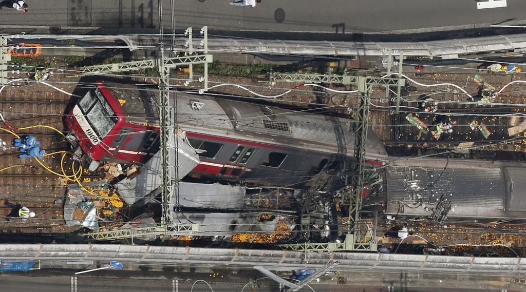 トラックと電車が衝突した事故現場=5日午後0時37分、横浜市神奈川区