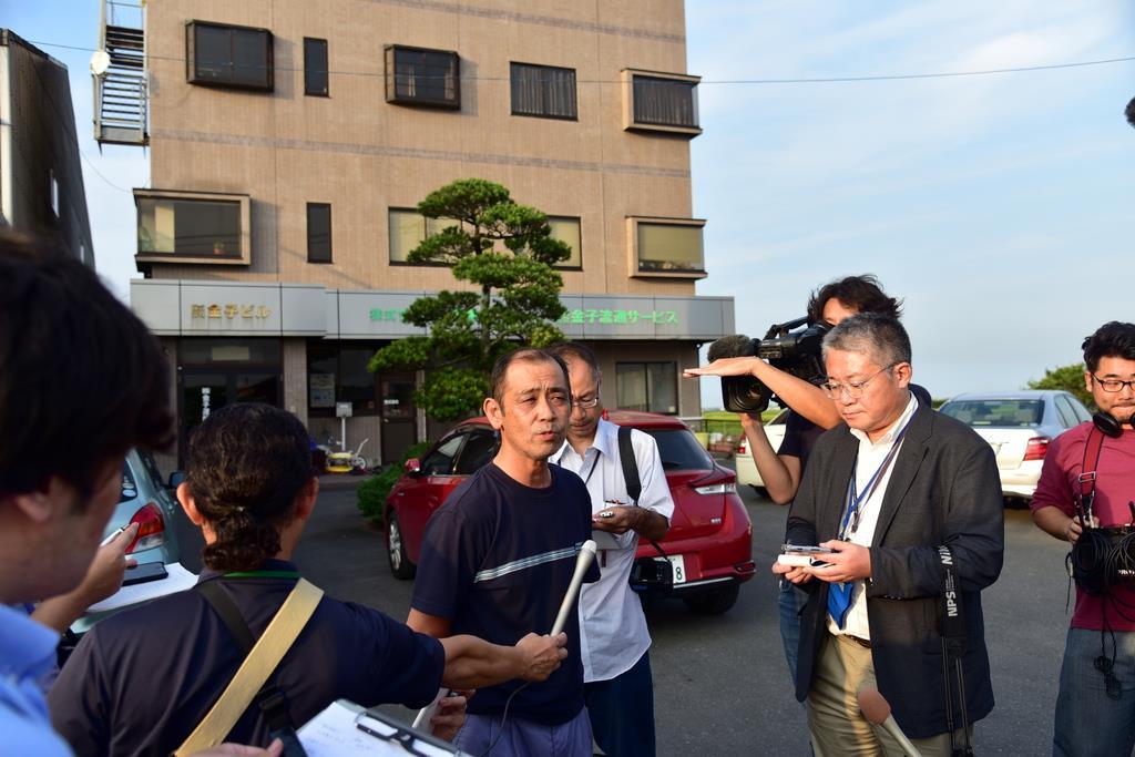 京急電鉄の踏切事故で、報道陣の取材に答える死亡したトラック運転手が勤務する運送会社の関係者=5日午後、千葉県香取市(城之内和義撮影)