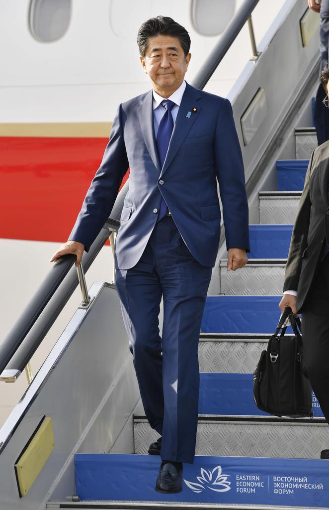 ロシア極東ウラジオストクに到着した安倍首相=4日(共同)