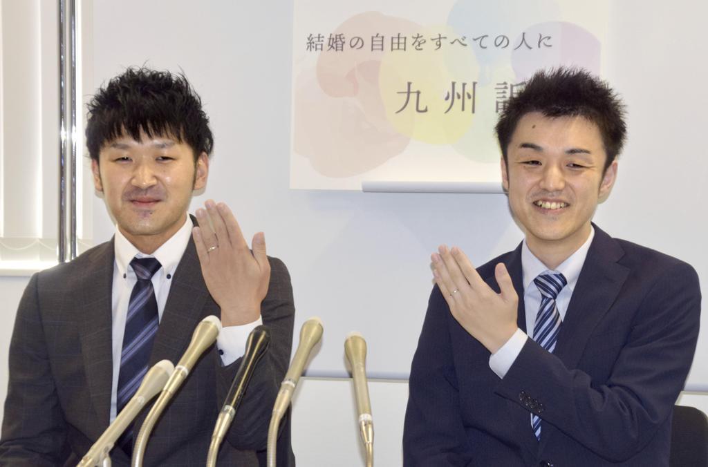 同性婚を認めないのは憲法違反だとして国を提訴し、記者会見する原告のこうすけさん(左)とまさひろさん=5日午前、福岡市中央区