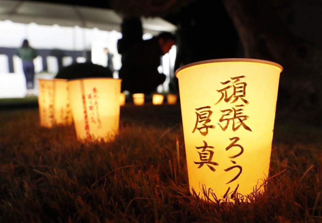 地震発生から1年となり、北海道厚真町役場の前に並べられたキャンドル=6日午前3時15分