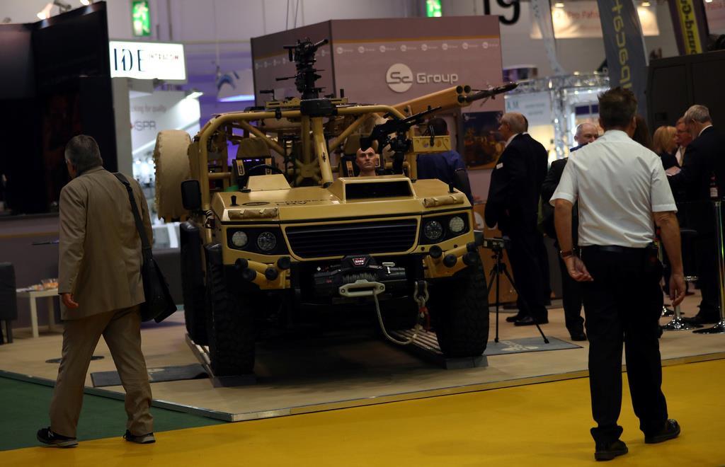 英ロンドンで開かれた防衛装備品の総合見本市「DSEI」の会場で、軍用車両を見る来場者ら=2017年9月12日(ロイター)