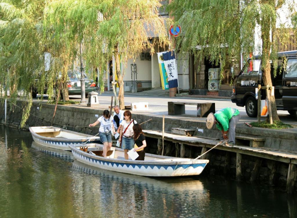 柳川で川下りを楽しむ観光客