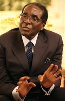 「黒人解放」の宿願汚した元英雄、死去のムガベ前大統領