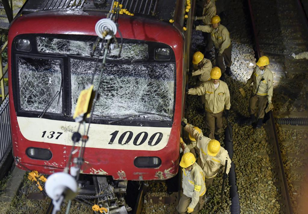 作業員に押されて撤去される京浜急行の事故車両