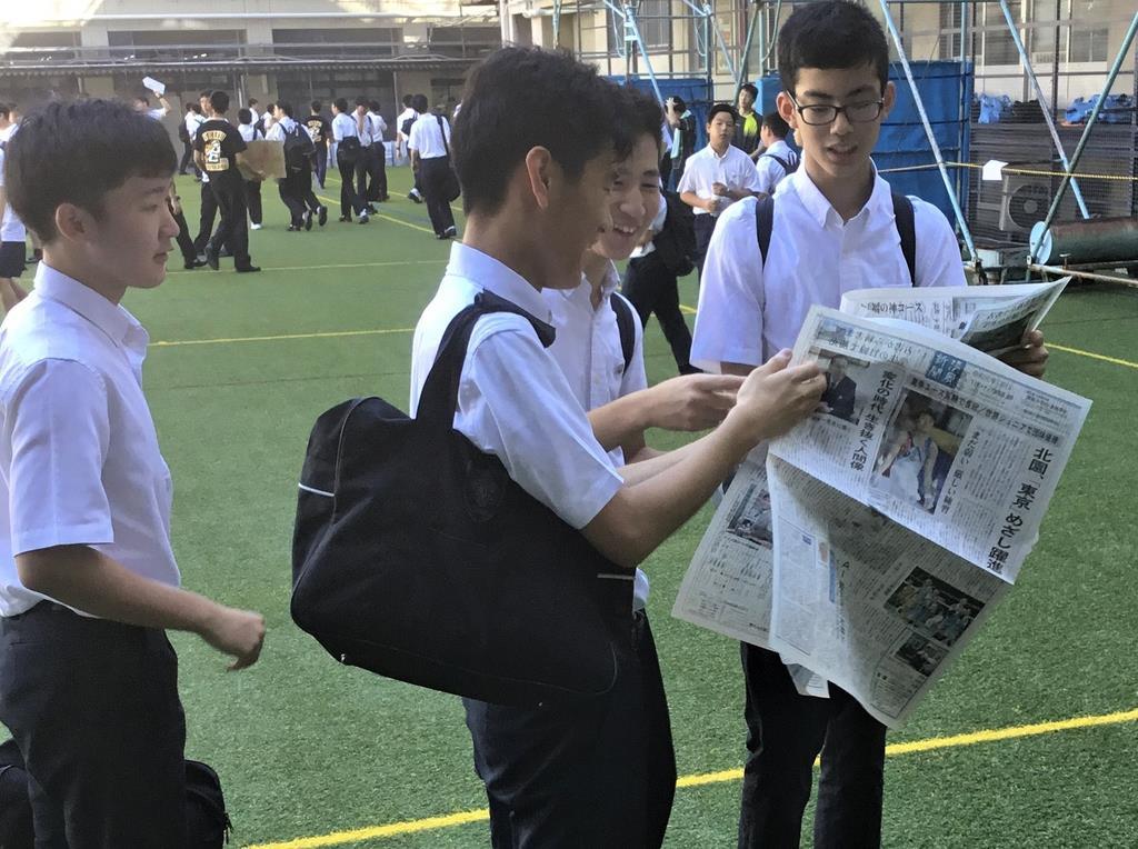 文化祭で配布された「清風新聞」を読む清風学園中学校・高等学校の生徒たち=6日、大阪市天王寺区