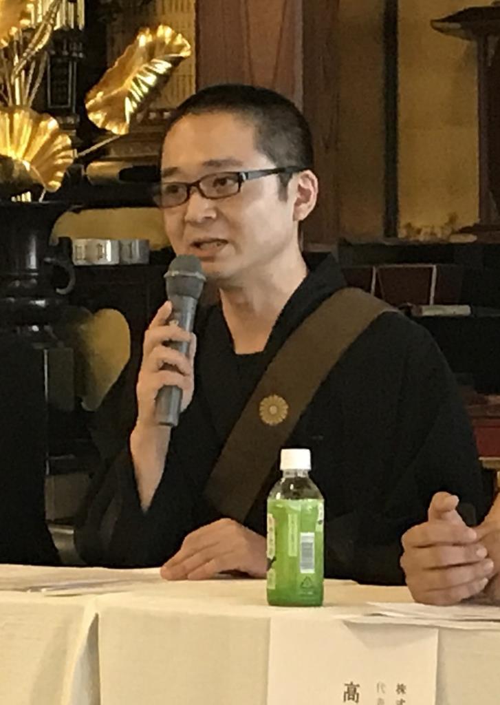 宿坊開設の記者会見で、檀家離れの状況などについて話す田村完浩住職