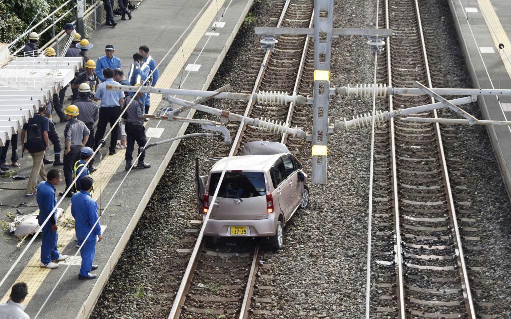 JR鹿児島線の東福間駅構内の線路上に転落した軽乗用車=6日午後4時9分、福岡県福津市東福間