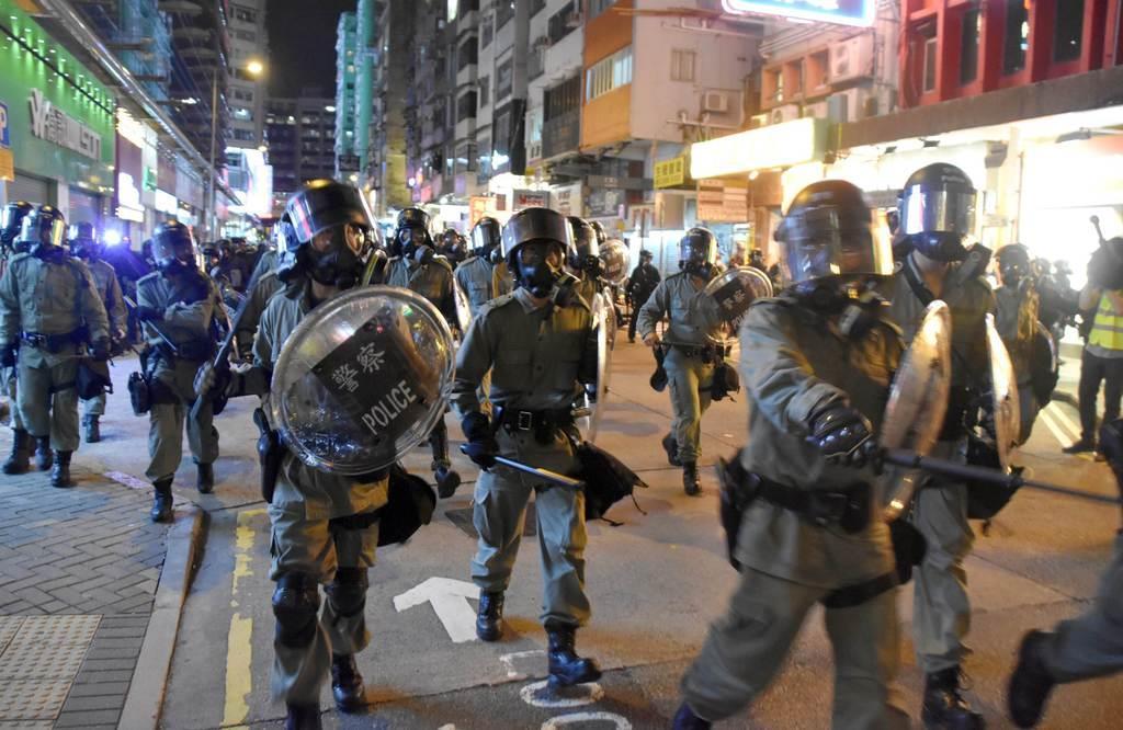 6日夜、デモ隊を排除するため香港・モンコック(旺角)の市街地になだれ込む警官隊(西見由章撮影)