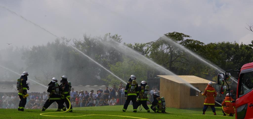 総合防災訓練で消火活動を行なう地元消防団員ら(県提供)