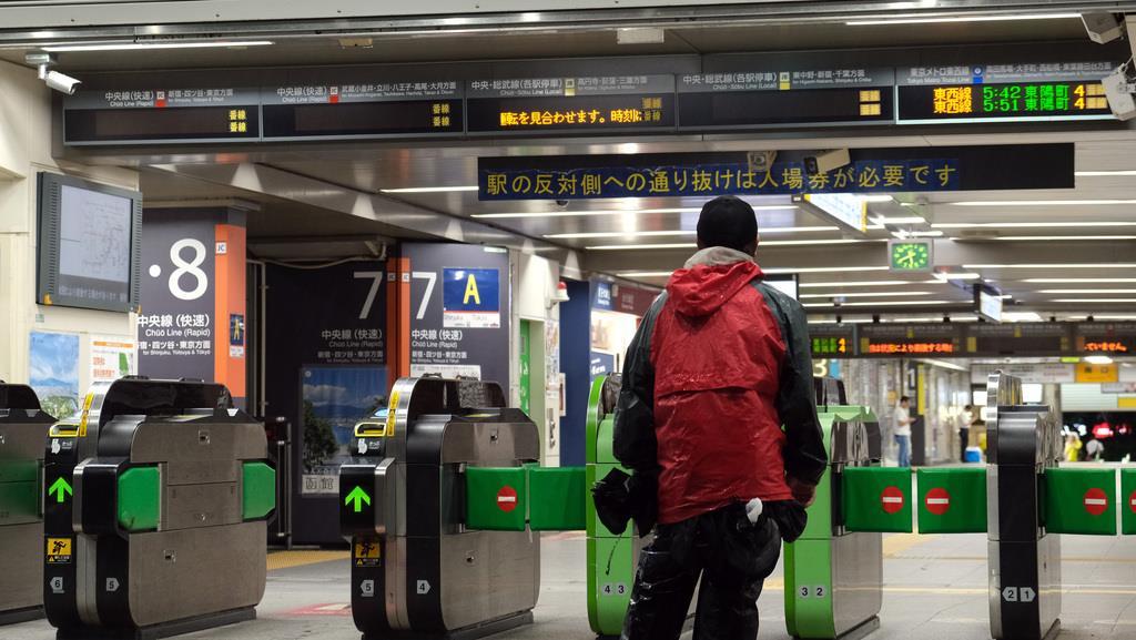 台風15号の影響、中央線などの運転見合わせが続くJR中野駅=9月9日午前、東京都中野区(早坂洋祐撮影)
