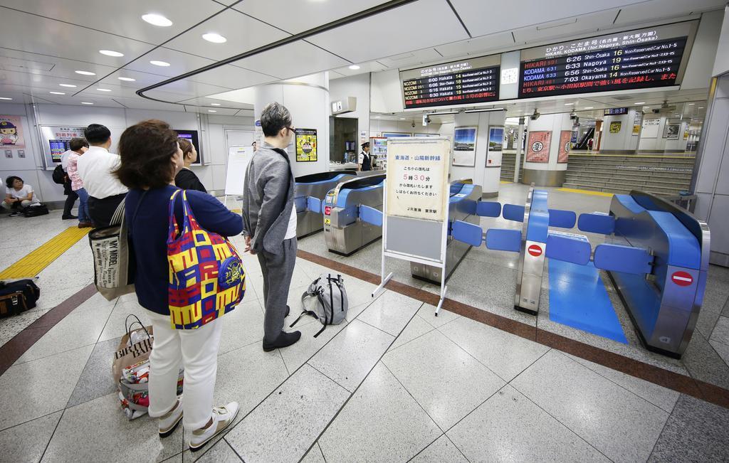 東海道新幹線の運転再開を待つ人たち。この後、全線で再開された=9日午前5時43分、JR東京駅