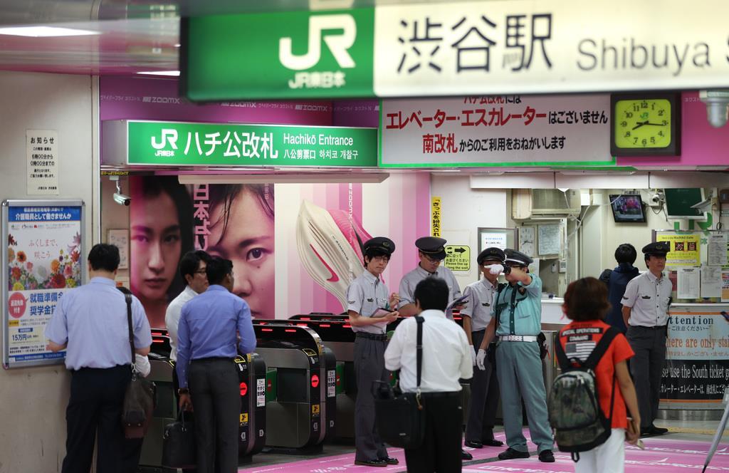 電車が止まったままのJR渋谷駅構内。改札口付近では、待つ人の姿がみられた=9日午前、東京都渋谷区(佐藤徳昭撮影)