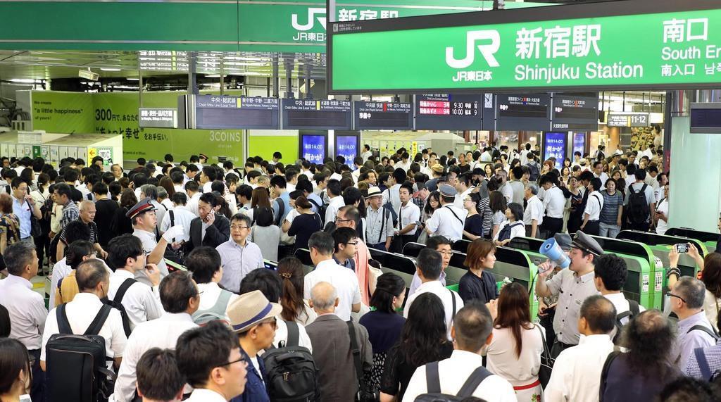 台風15号の影響で入場規制となり混み合うJR新宿駅=9日午前、東京都新宿区(萩原悠久人撮影)
