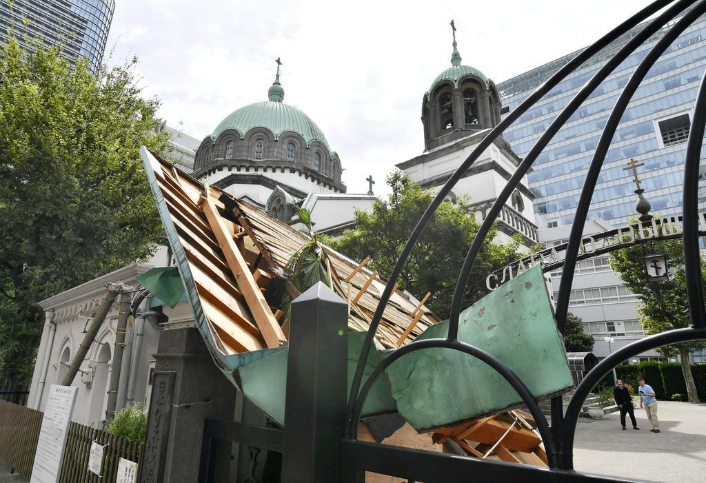 台風15号の影響で事務所の屋根が被害を受けたニコライ堂=9日午前、東京都千代田区