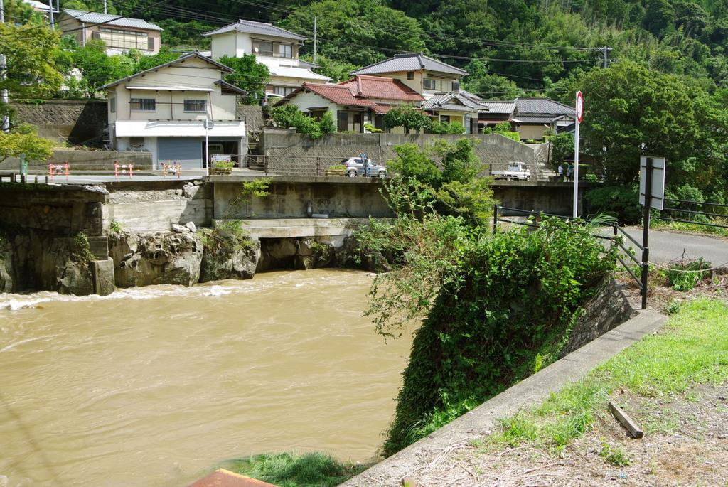 台風15号の大雨による増水で橋が流された静岡県河津町の河津川=9日午前