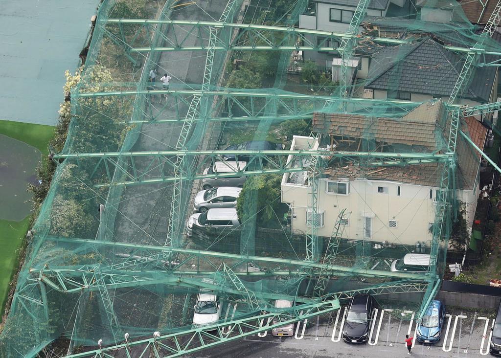 台風15号の影響でネットごと倒壊したゴルフ練習場のポール。住宅を直撃した=9日午前、千葉県市原市
