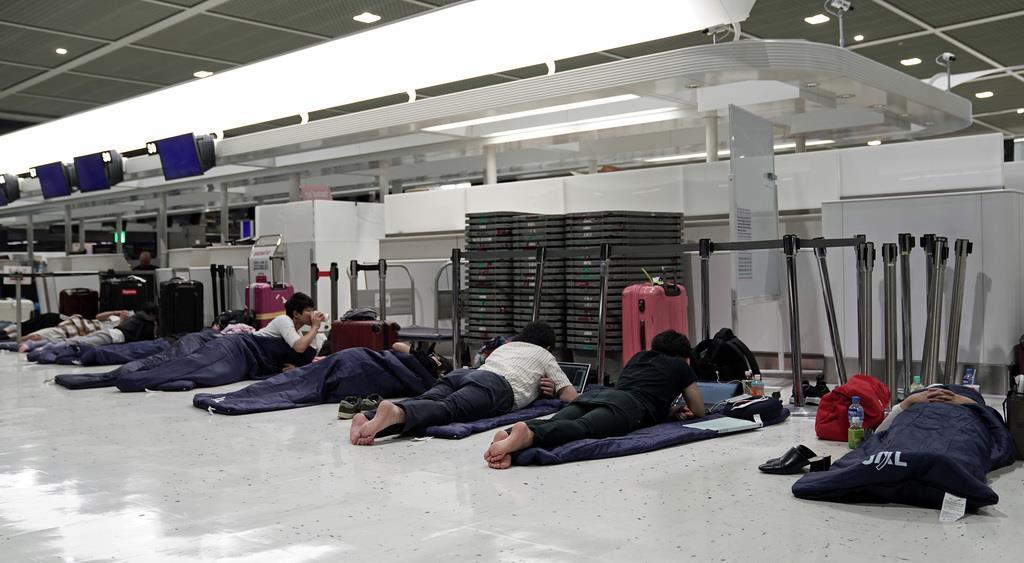 出発ロビーで夜を過ごす旅行者ら=成田空港(加藤圭祐撮影)
