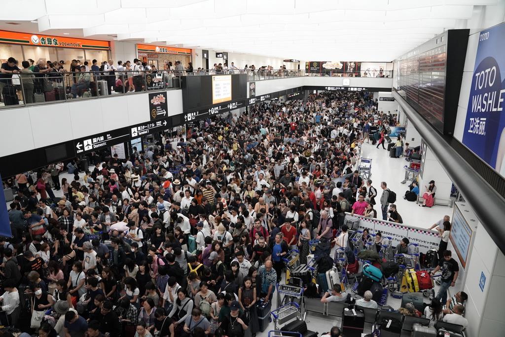 交通手段の再開を待つ旅行者ら=成田空港(加藤圭祐撮影)
