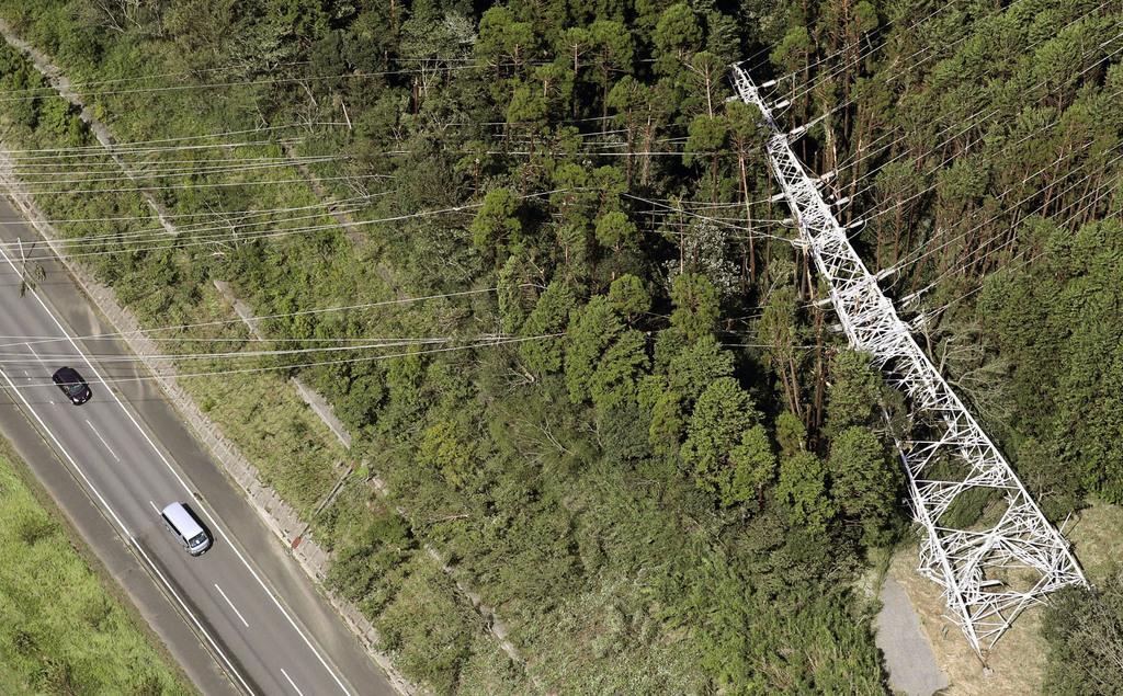 倒れた送電線の鉄塔=9日午後、千葉県君津市(共同通信社ヘリから)