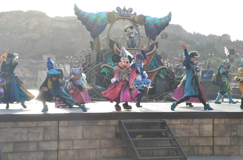 東京ディズニーシーのハロウィンプログラム「フェスティバル・オブ・ミスティーク」のワンシーン=9日、千葉県浦安市(佐久間修志撮影)