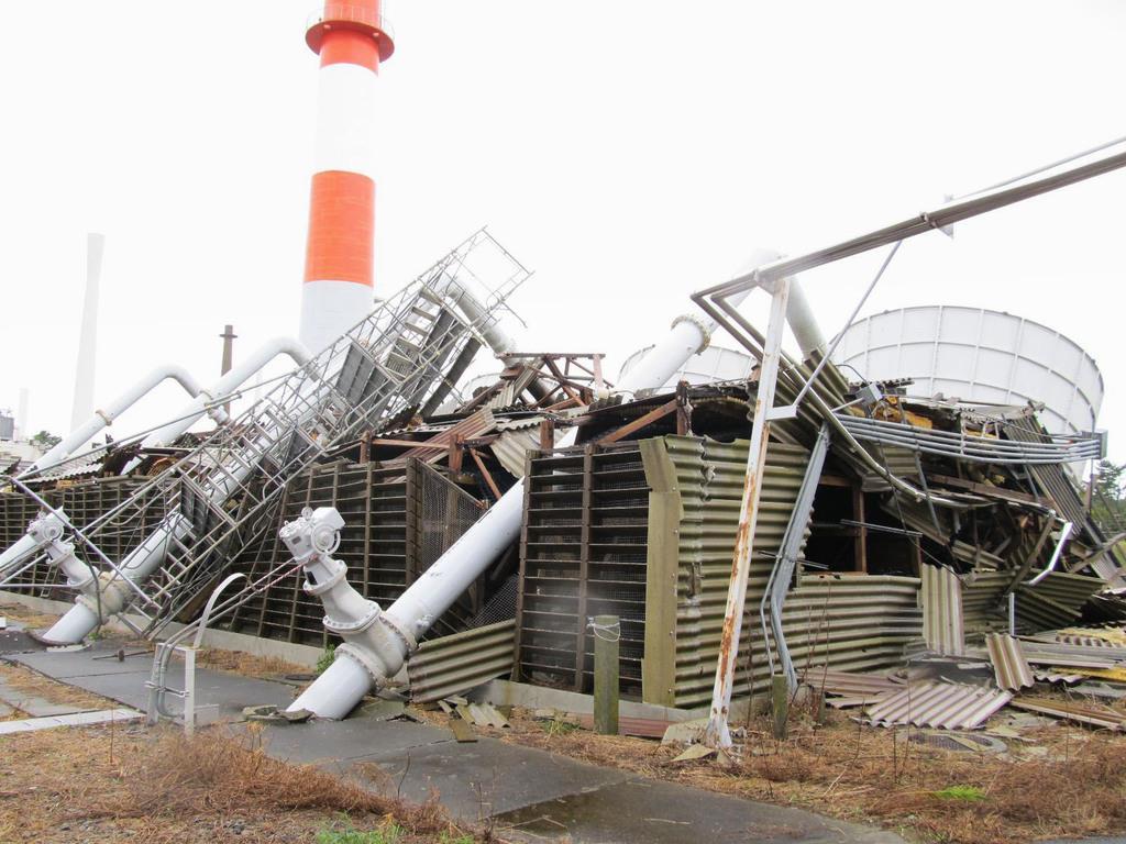 倒壊した材料試験炉の2次冷却塔=9日、茨城県大洗町(日本原子力研究開発機構提供)
