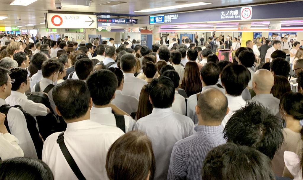 JR線の運休で、地下鉄の改札は大混雑した=9日午前8時27分、丸ノ内線池袋駅(奈須稔撮影)