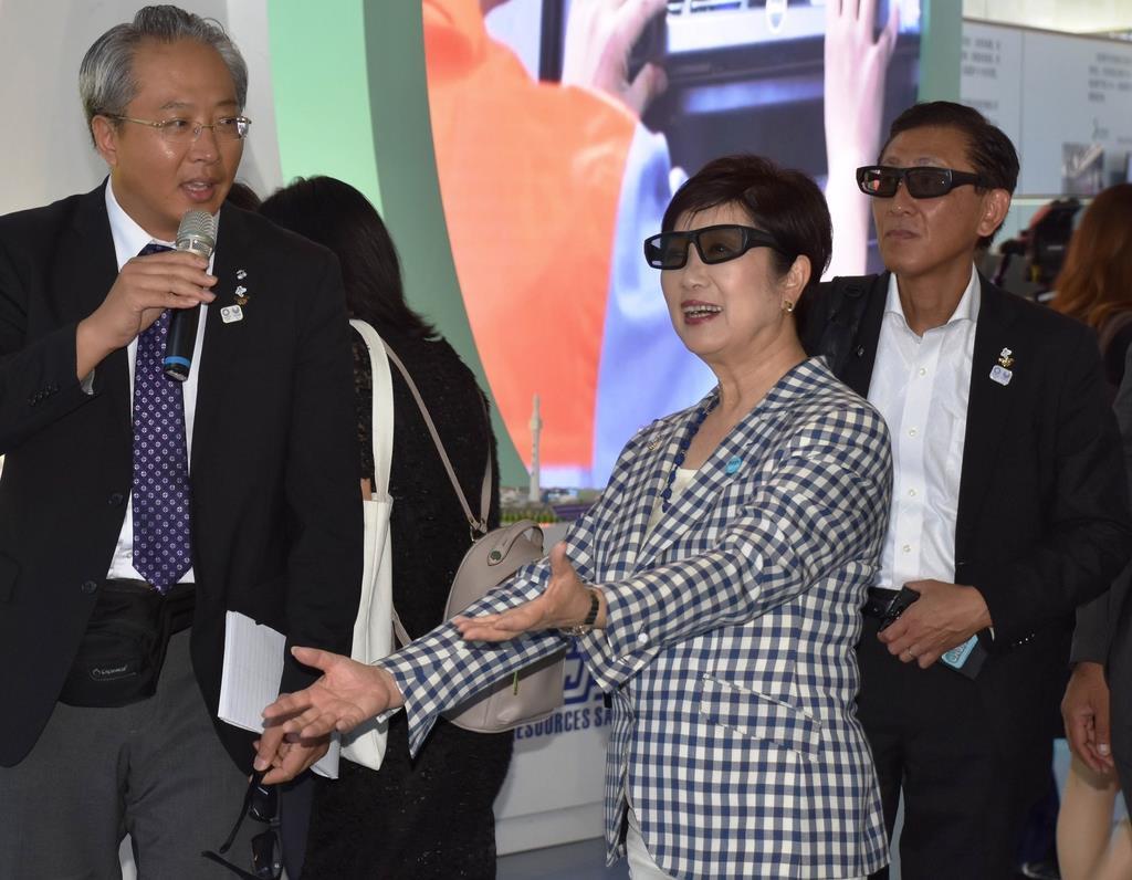 3D眼鏡をかけて中国のハイテクを体感する小池百合子東京都知事(中央)=8月27日、北京の中関村(天野健作撮影)