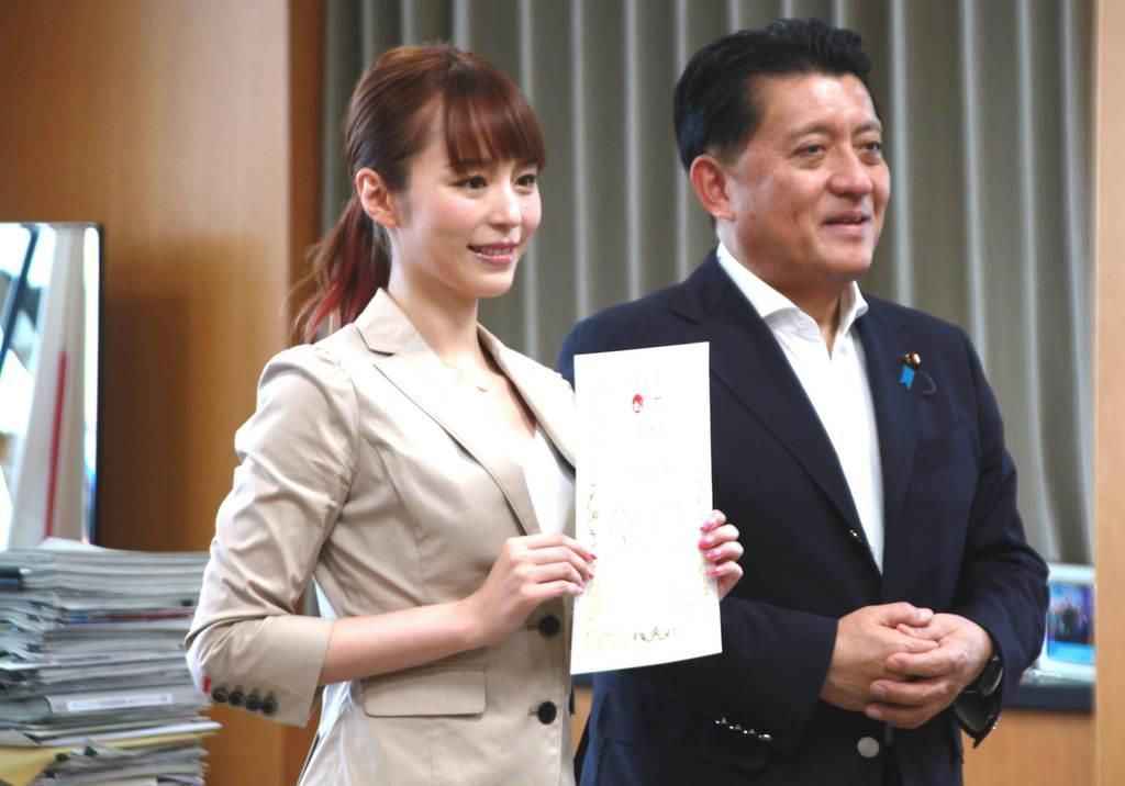 クールジャパン・アンバサダーに任命され、笑顔を浮かべる声優の平野綾さん。右は平井卓也クールジャパン戦略担当相=9日午後、内閣府