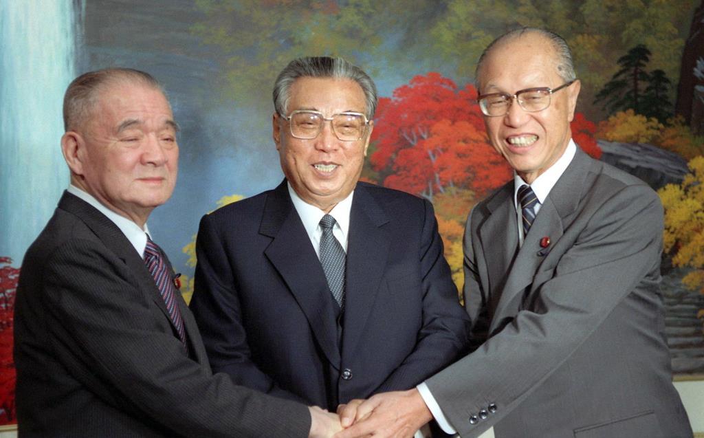 北朝鮮・妙香山の招待所で金日成主席(中央)と握手する金丸信氏(左)と田辺誠社会党副委員長=1990年9月