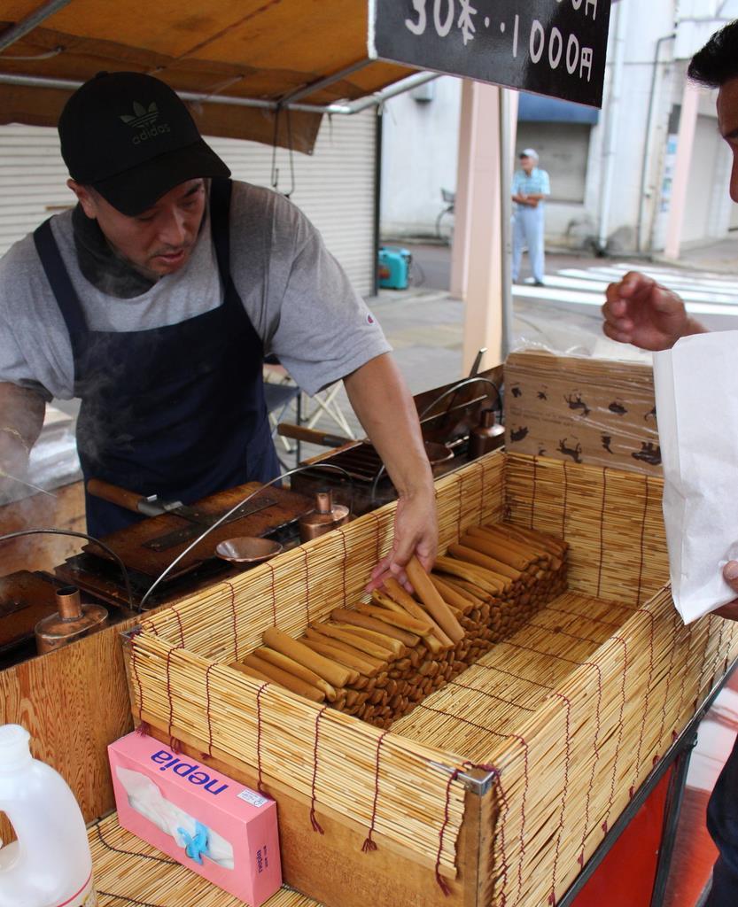 ぽっぽ焼き(蒸気パン)を販売する屋台=新潟県新発田市(池田証志撮影)