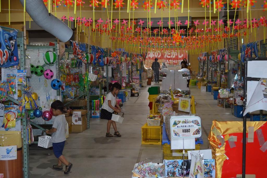 駄菓子3千種類がそろう店舗。フロアは縁日をイメージして作られている=9月、岡山県瀬戸内市