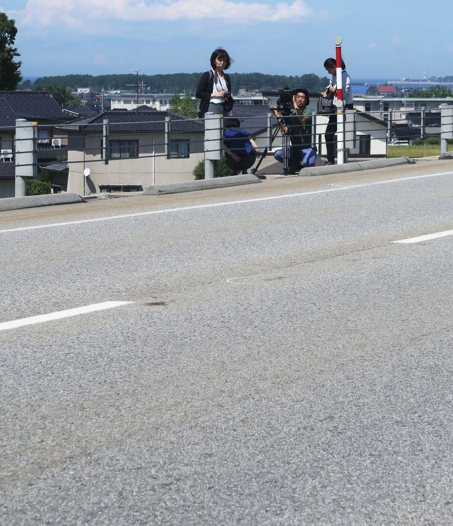 男性が倒れていた国道=9日午後0時30分ごろ、富山県魚津市