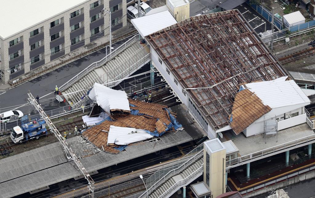台風15号の影響で、屋根が吹き飛んだJR東千葉駅=9日午前