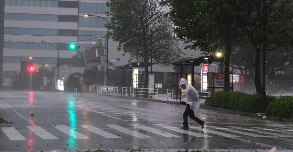台風15号 暴風雨の中、駅へ向って歩く男性=9月9日午前、東京都中野区(早坂洋祐撮影)