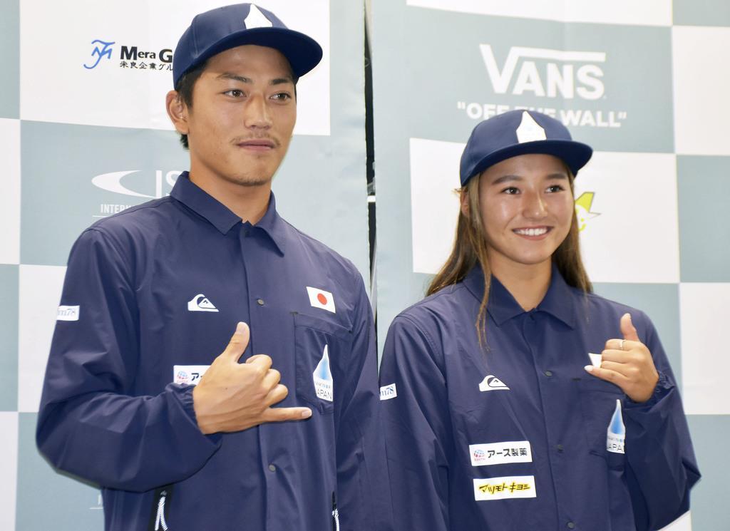 サーフィンのワールドゲームズに向けて記者会見し、ポーズをとる村上舜(左)と松田詩野=8月28日、東京都内