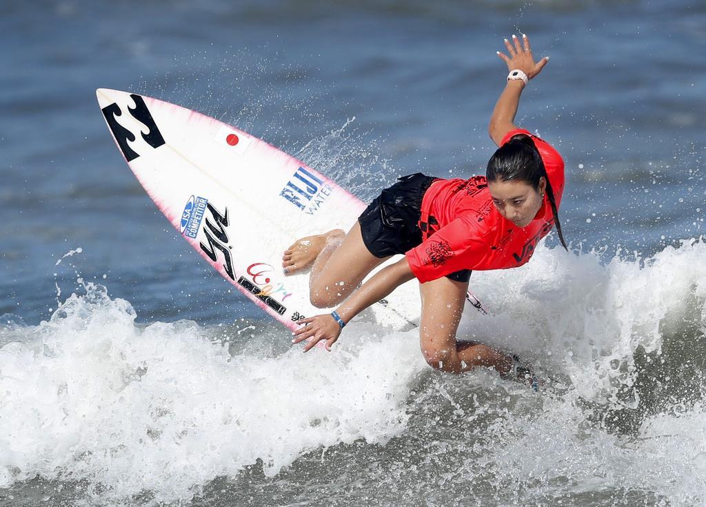女子1回戦 波を攻める松田詩野=9月7日、宮崎市の木崎浜海岸