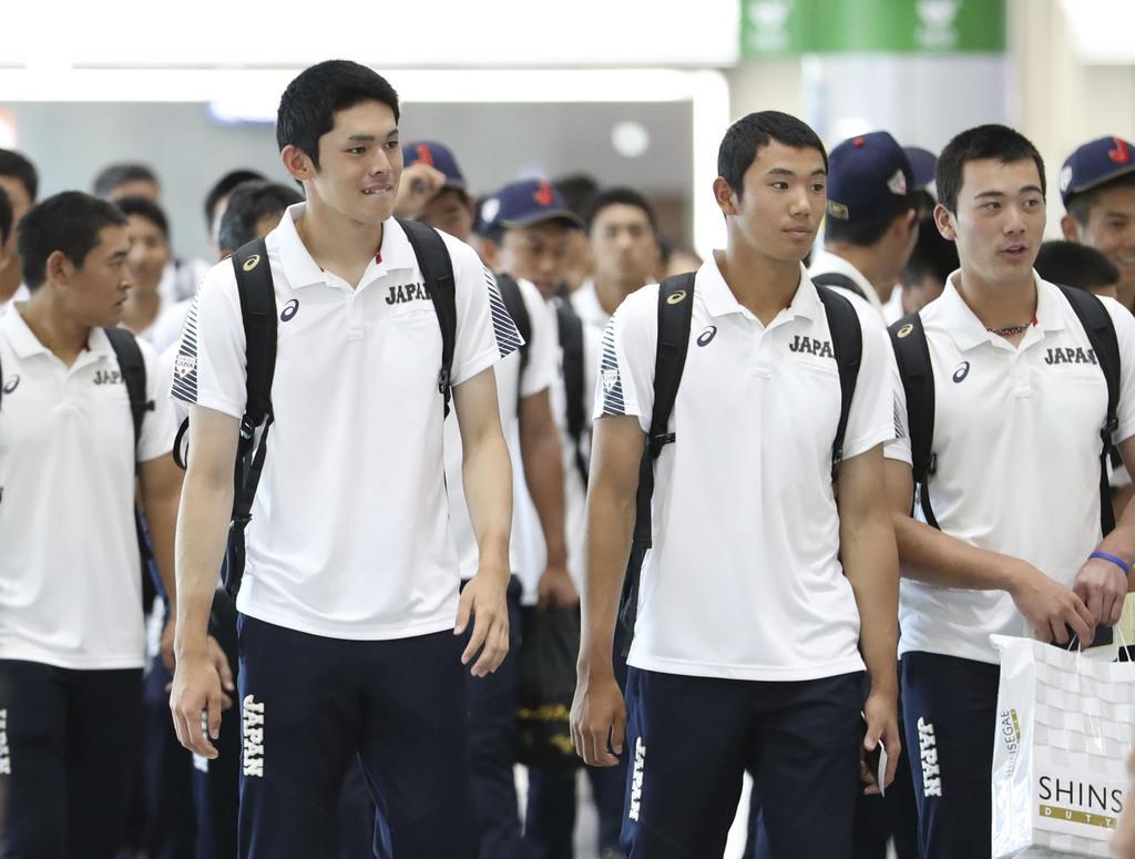 野球のU18W杯を終え、空港に到着した佐々木(手前左)、奥川(同右)ら高校日本代表=9日、韓国・釜山(共同)